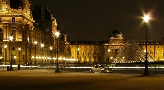 ナポレオン広場とルーヴルピラミッド
