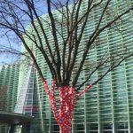 「木に登った水玉2017」…国立新美術館