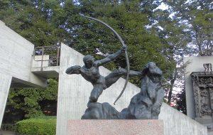 「弓をひくヘラクレス」ブールデル(国立西洋美術館の前庭)
